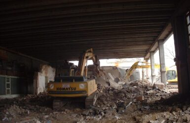 Megmaradó épület alatti bontás